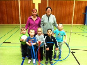 Spiel und Sport für Vorschulkinder in der Ingeborg-Drewitz-Gesamtschule, im Hintergrund li.: Gabriele Czeremin, re.: Manuela Langer